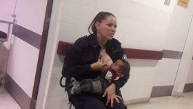 La agente Celeste Ayala no dudó en amamantar a este niño en el hospital