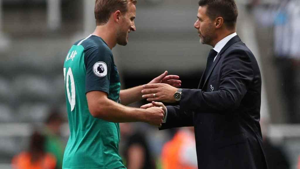 Pochettino con Kane, jugador del Tottenham