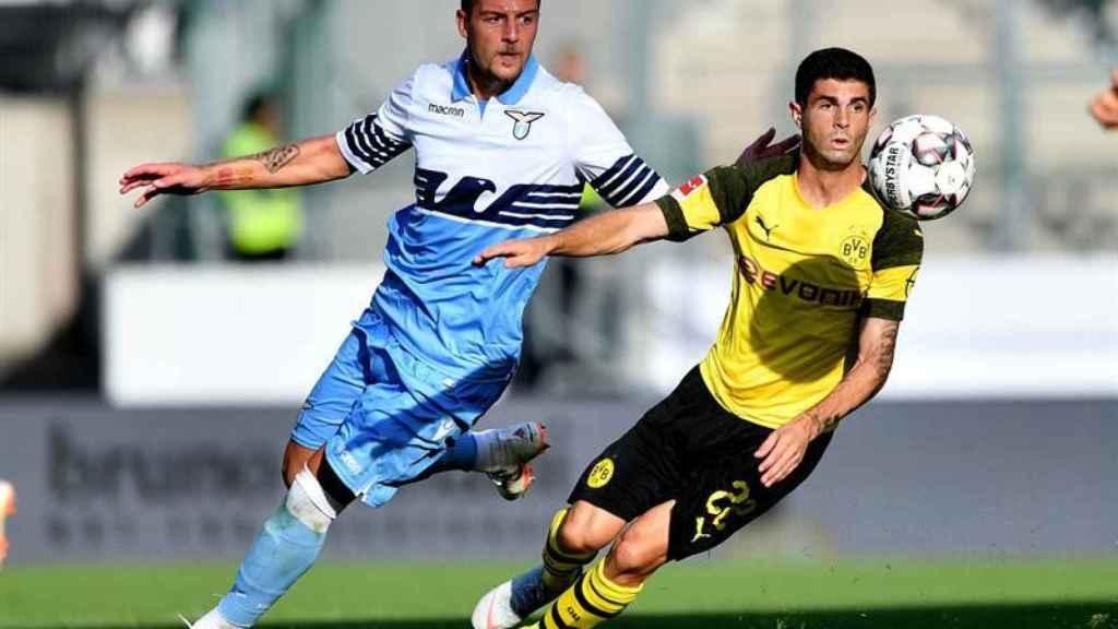 Milinkovic-Savic pelea un balón con Pulisic en un amistoso