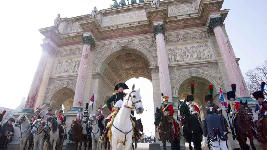 Un hombre vestido de Napoleón en un acto conmemorativo en Francia.
