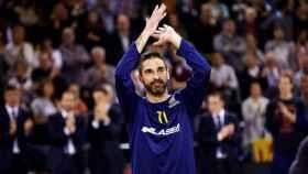 Juan Carlos Navarro aplaude a la afición durante su homenaje en el Palau Blaugrana