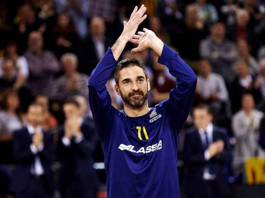 Juan Carlos Navarro aplaude a la afición durante un homenaje en el Palau Blaugrana