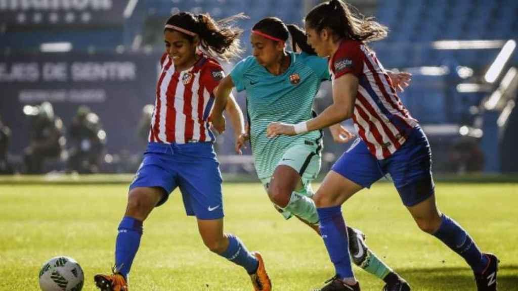 El Barcelona y el Atlético de Madrid femenino , durante un partido.