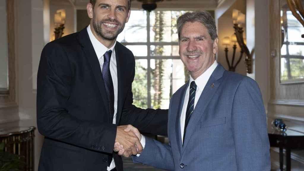 Gerard Piqué con David Haggerty, presidente de la ITF.