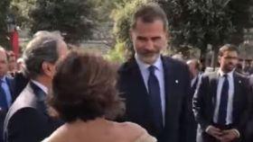 Felipe VI y Laura Masvidal hablan en presencia de Quim Torra.
