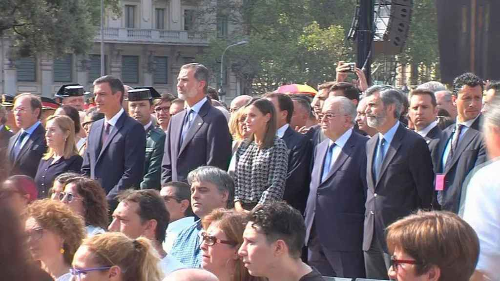 Pedro Sánchez, Felipe VI y otras autoridades este viernes en Barcelona.
