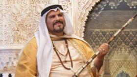 Lama Losel posa para las cámaras caracterizado como una suerte de jeque árabe, rifle en mano.