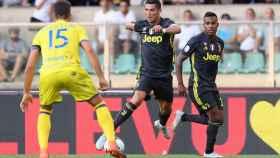 Cristiano Ronaldo encara a Luca Rossettini.