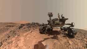 El robot Curiosity circula por la superficie de Marte.