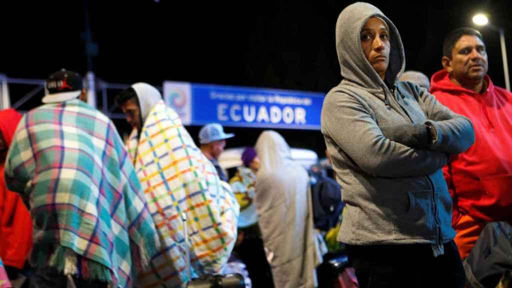 Personas varadas en la frontera de Colombia con Ecuador.