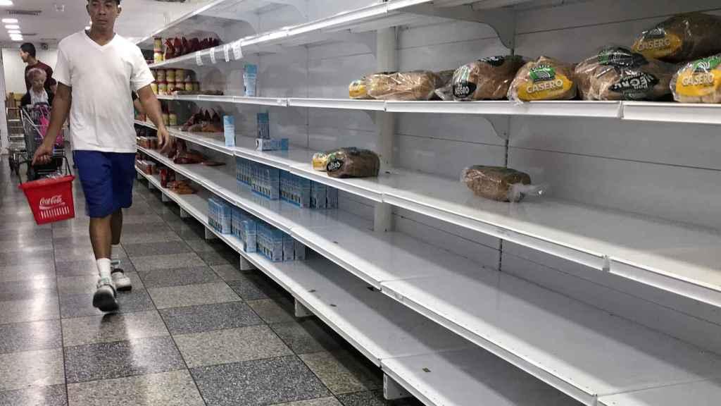 Lineales vacíos en un supermercado de Caracas.