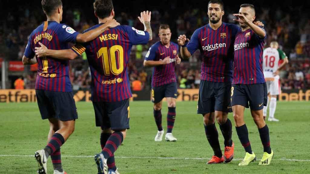 Los jugadores del Barcelona se abrazan tras marcar un gol