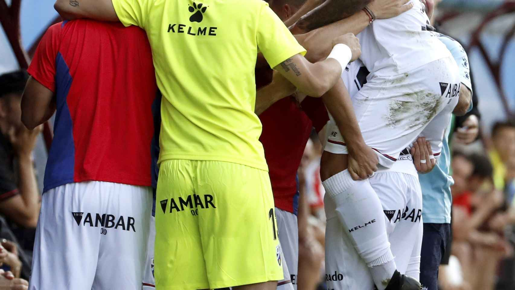 El delantero colombiano del Huesca Juan Camilo Hernández celebra con sus compañeros el primer gol