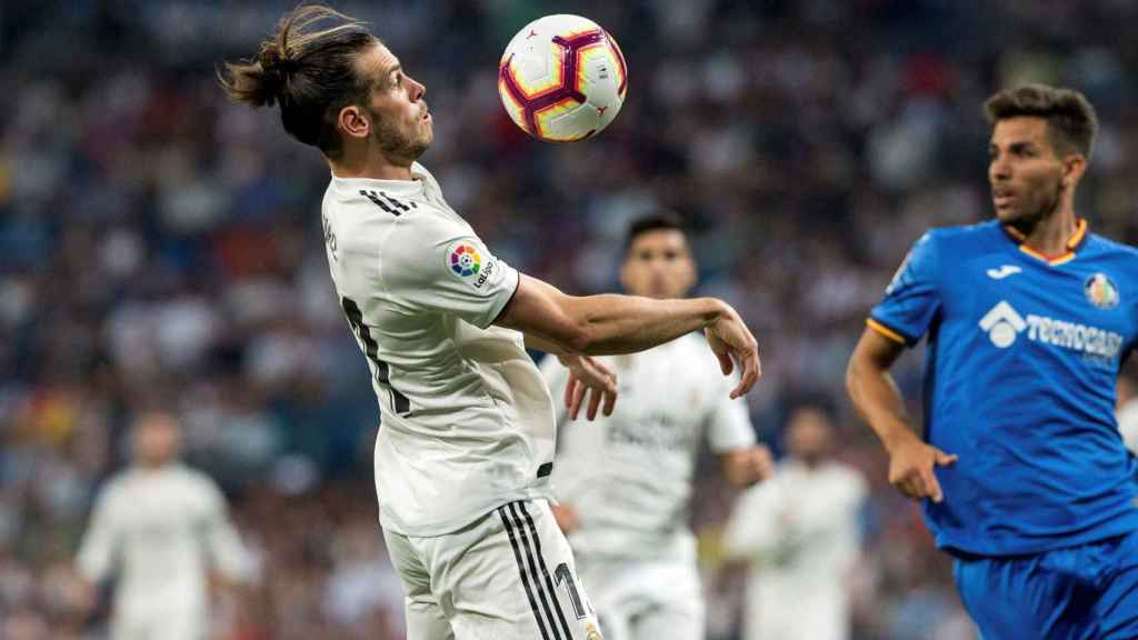 Gareth Bale, controlando un balón con el pecho