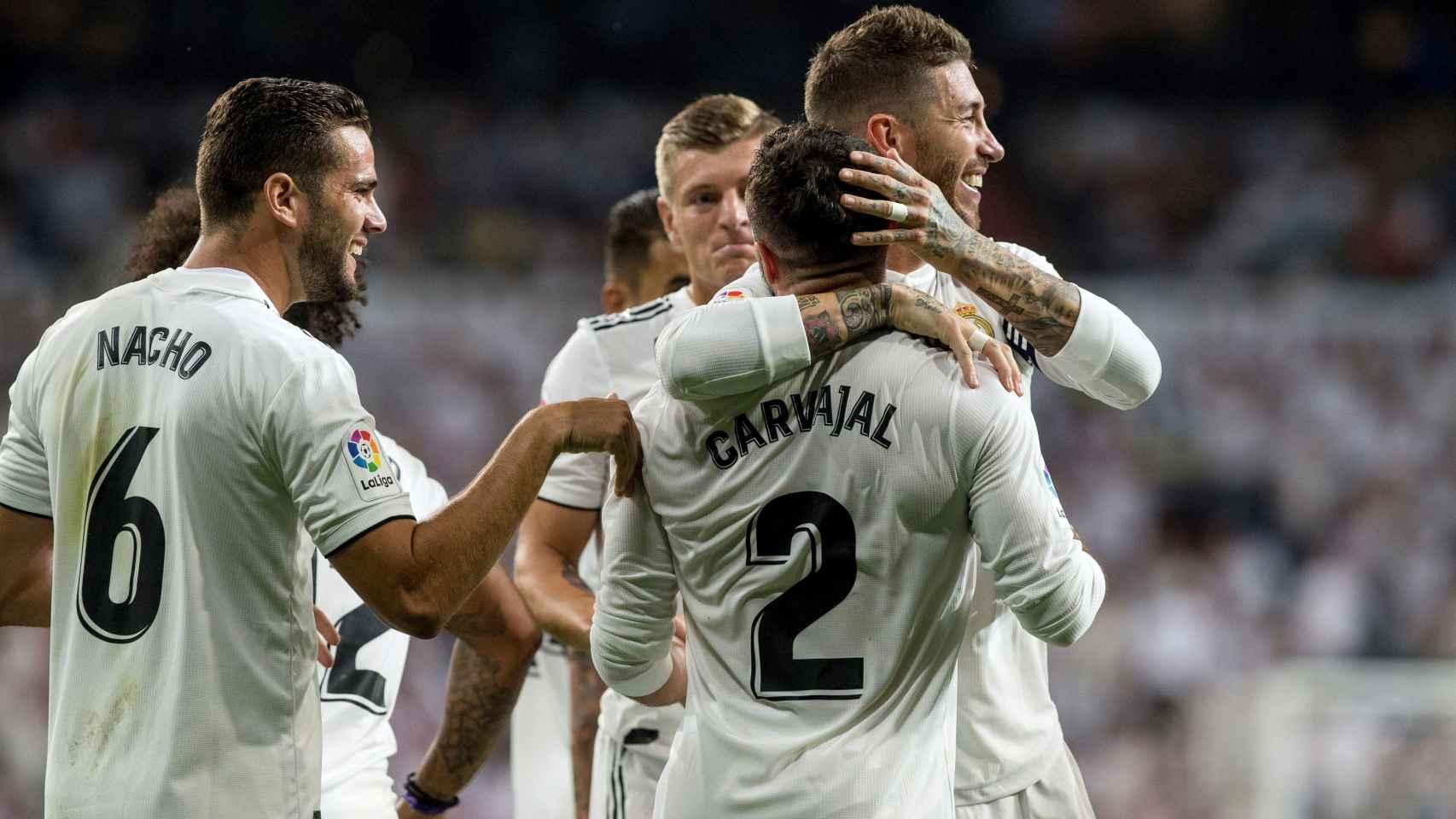 Sergio Ramos abraza a Carvajal tras su gol