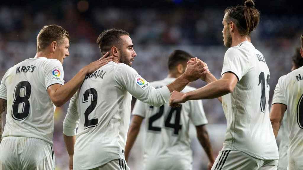 Los jugadores del Real Madrid celebran un gol de Carvajal