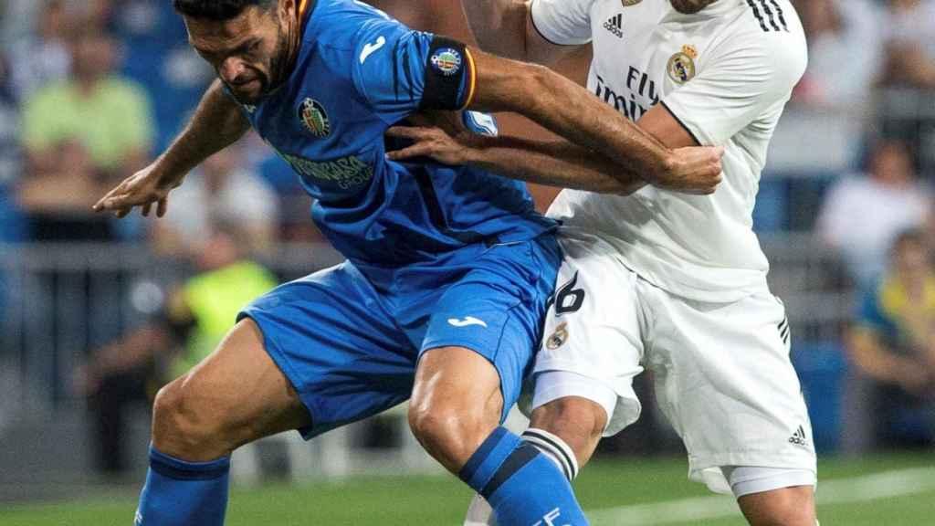Nacho defiende un balón frente a un jugador del Getafe