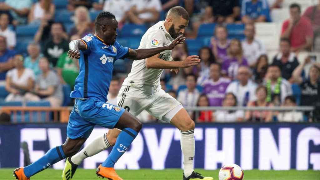 Karim Benzema, presionado por un jugador del Getafe