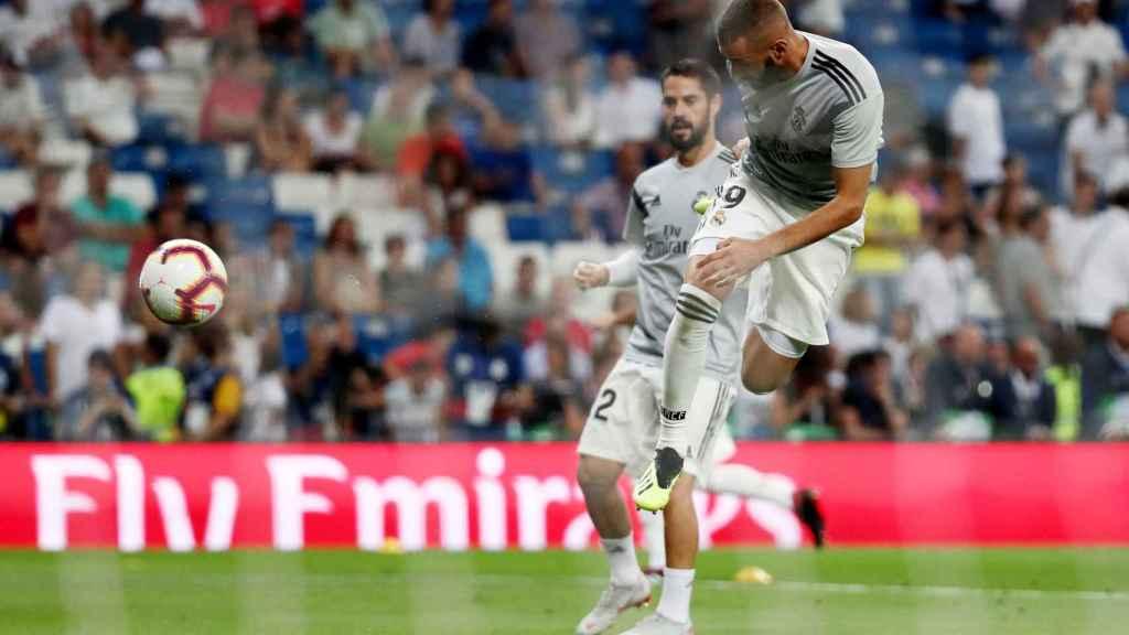 Karim Benzema e Isco, calentando sobre el Santiago Bernabéu