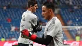 Courtois y Navas, calentando en el Santiago Bernabéu