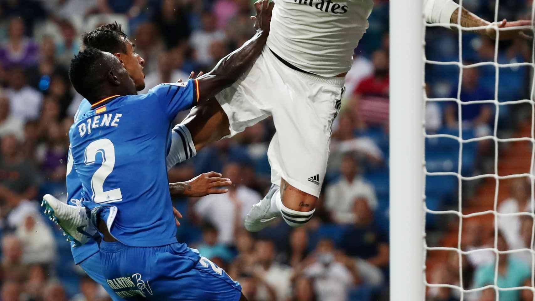 Penalti sobre Sergio Ramos no sancionado por jugada inhabilitada por el VAR