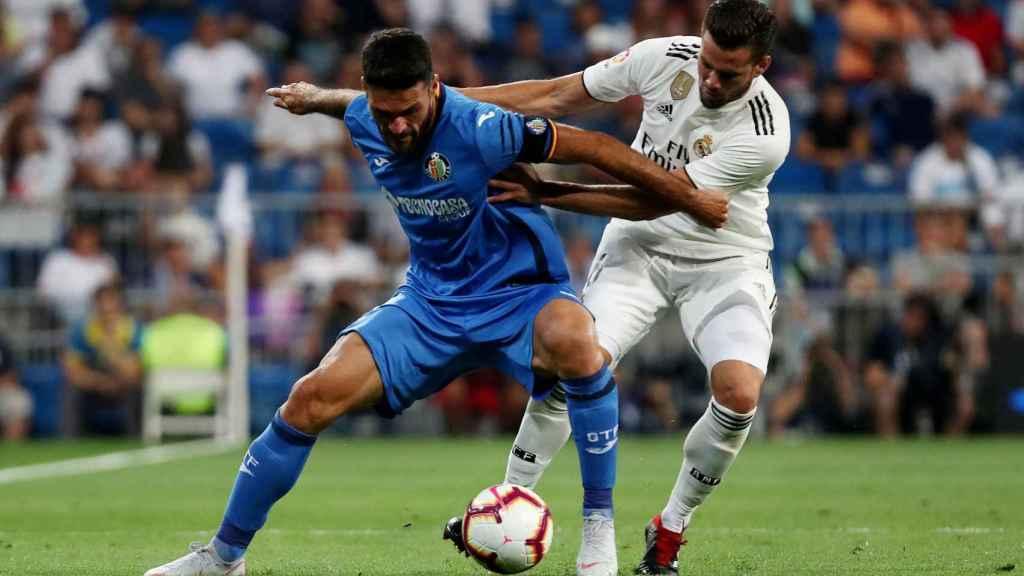 Nacho disputa un balón con Jorge Molina.