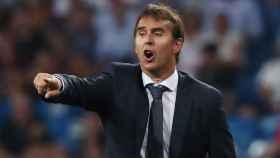 Lopetegui da instrucciones a sus jugadores durante el Real Madrid - Getafe