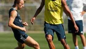 Varane y Modric durante un entrenamiento