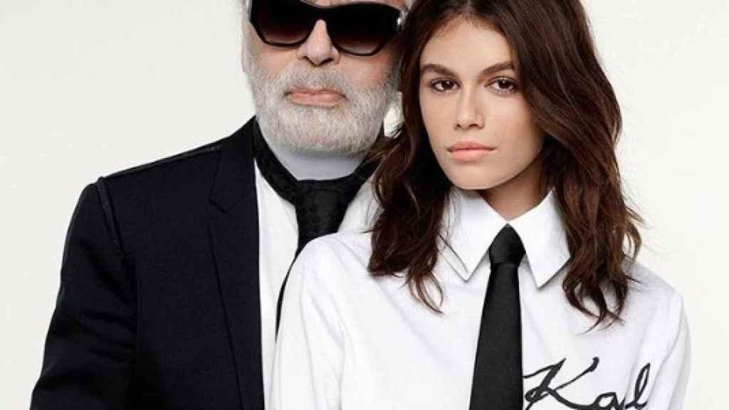 Karl Lagerfeld y Kaia Gerber posando en una foto de sus redes sociales para presentar su nueva colección.