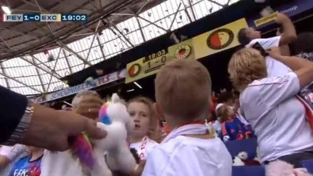 La lluvia de peliches en el estadio del Feyenoord.