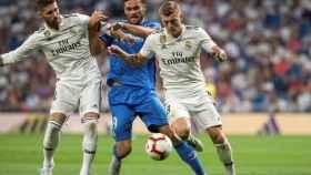 Kroos y Ramos luchan por un balón durante el partido contra el Getafe