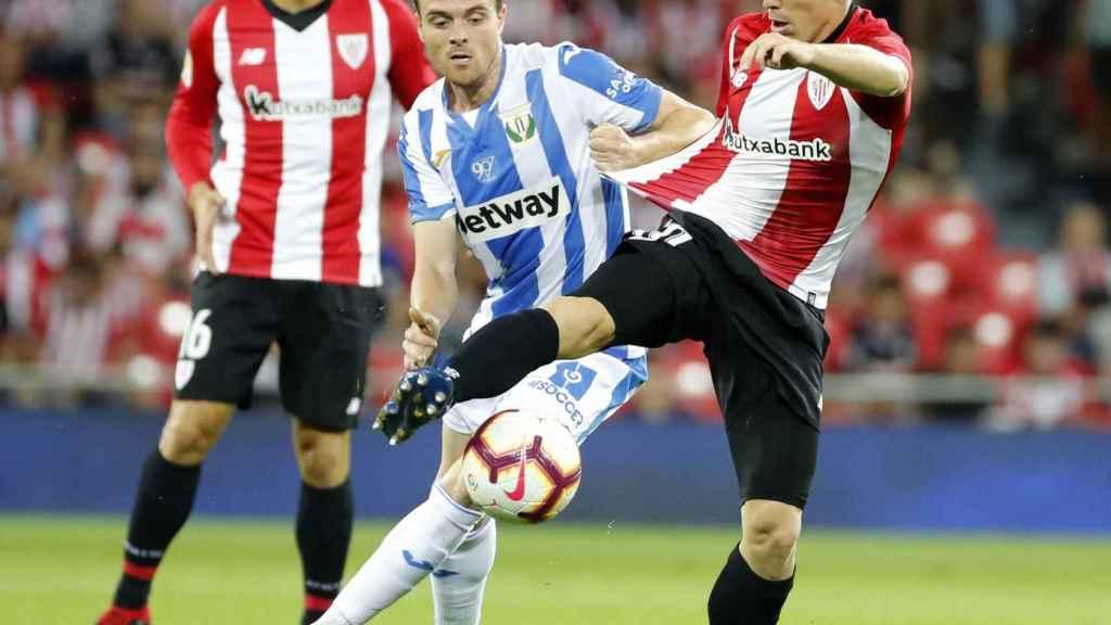 Muniain chuta ante la oposición de Eraso en el Athletic - Leganés
