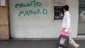 Un cajero de Caracas con una pintada contra el presidente venezolano