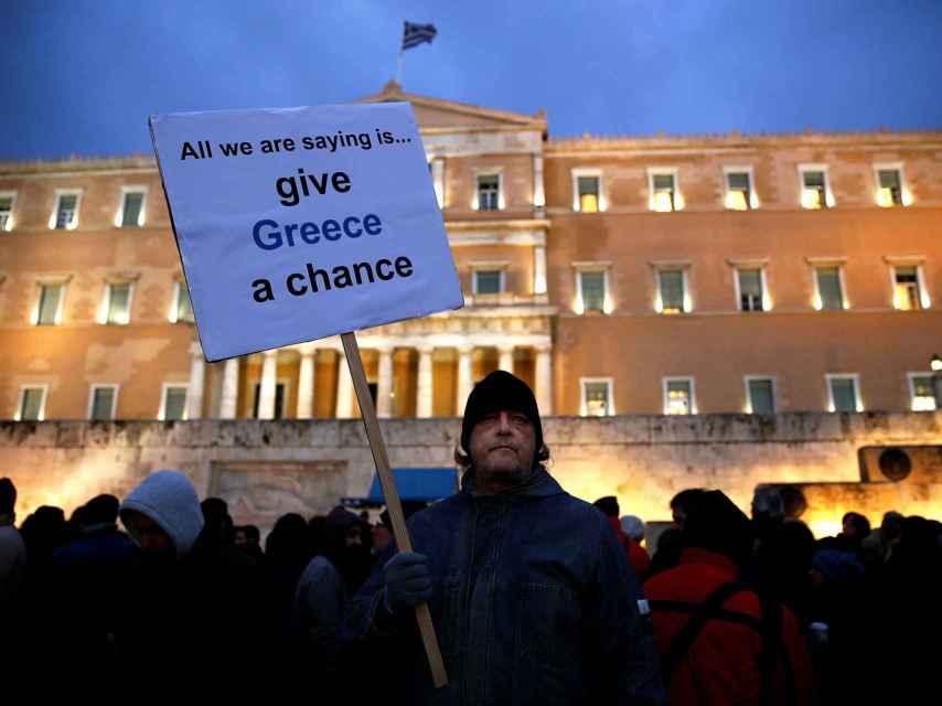 Un ciudadano en una manifestación en Grecia.