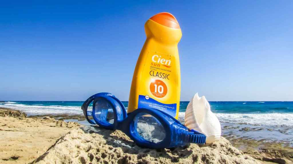 Es conveniente usar la crema antes de llegar a las playas, para su correcta absorción en la piel