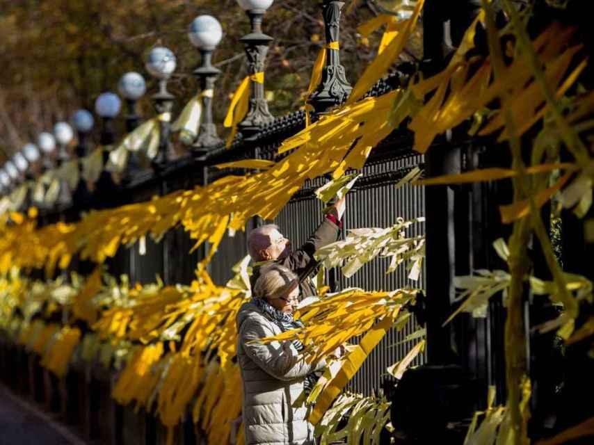 Lazos amarillos en el parque de la Ciutadella de Barcelona.
