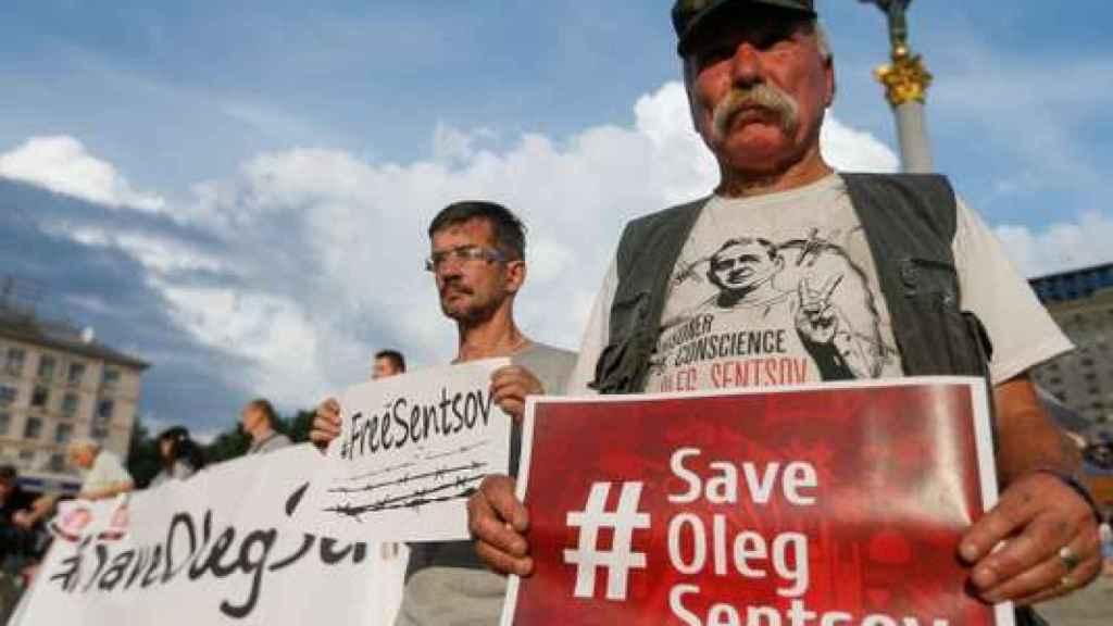 Un grupo de manifestantes pide la liberación del preso.