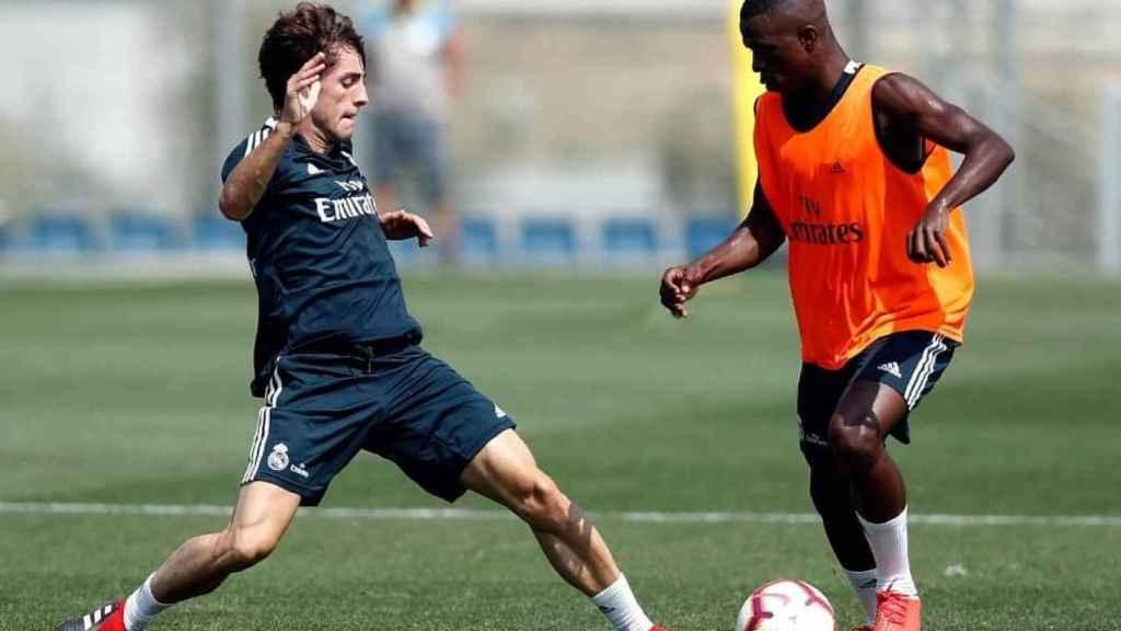Odriozola, junto a Vinicius, bregan por un balón en un entrenamiento.