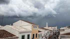 Negras nubes se ciernen sobre Sant Lluís, Menorca. (Archivo)