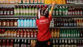 Una instalación artística que representa botellas de alcohol.