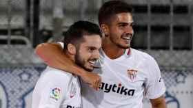 Sarabia y André Silva se abrazan tras un gol del Sevilla