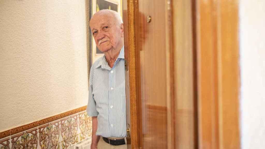 Mariano en la entrada de su casa