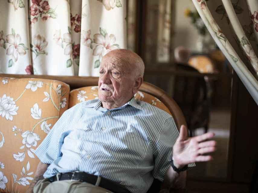 Mariano Muñoz de 88 años en el sofá de su casa