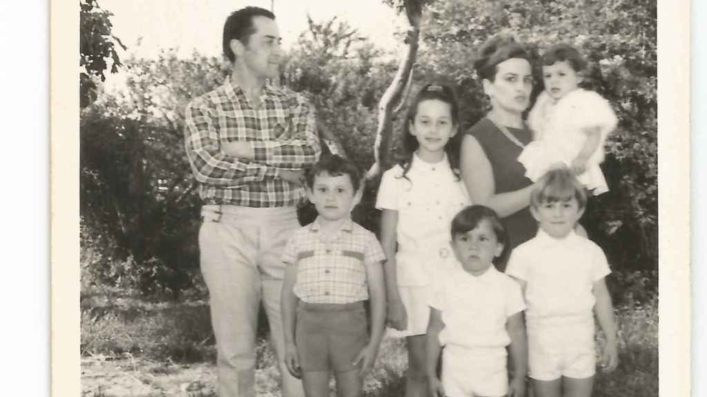 Xabier Fortes, el pequeño en primer plano, junto a su padre Xosé, su madre y sus hermanos Susana, Carlos y Alberto.