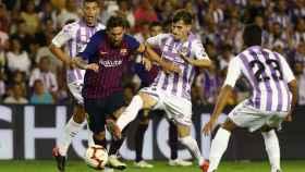Leo Messi trata de regatear a varios jugadores del Valladolid