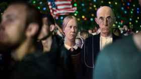 Los protagonistas del 'American Gothic' de Grant Wood en mitad del público de un concierto.