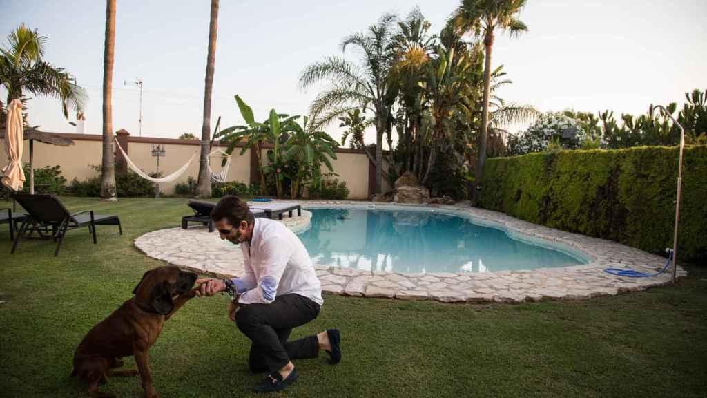 El perro del maestro Padilla es un regalo que el torero recibió de manos de Adolfo Suárez Illana y su mujer Isabel Flores.