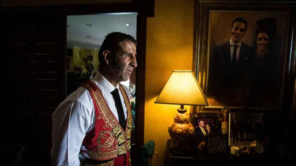 Juan José Padilla a las puertas de su casa recibiendo a amigos que llegan para darle ánimos en las horas previas al festejo.