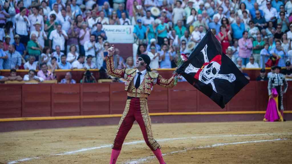 Padilla celebra las dos orejas del primer toro de la tarde con la bandera pirata.