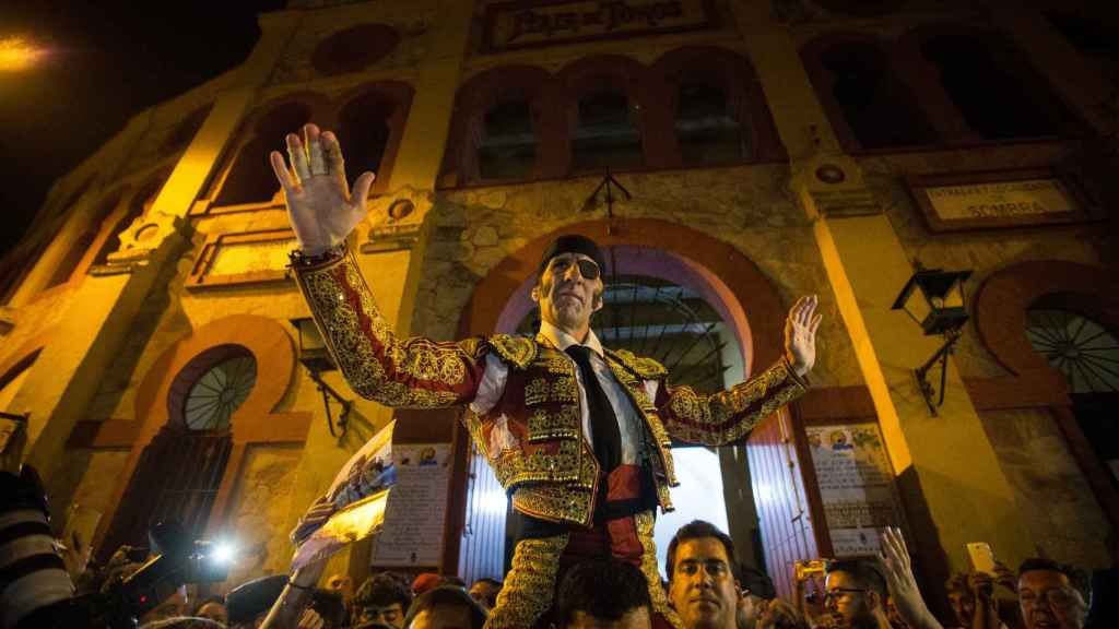 Juan Jose Padilla sale por la puerta grande de la plaza de El Pino, en Sanlúcar.